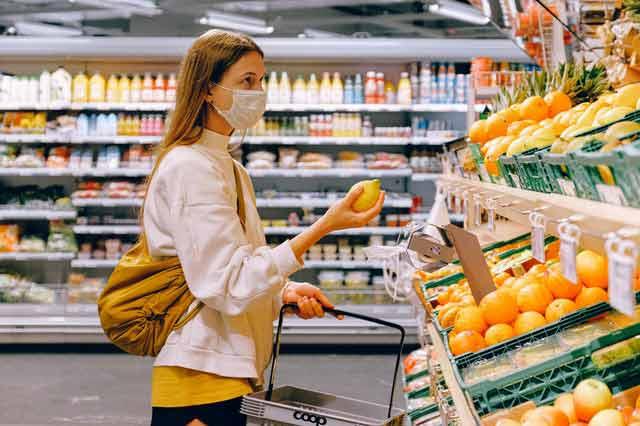 femme dans épicerie