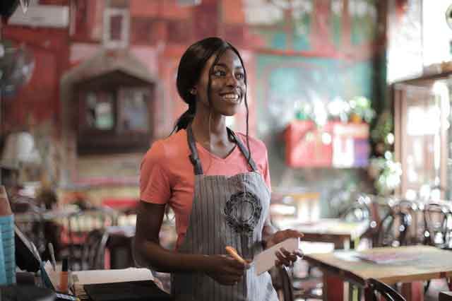 HACCP donne le sourire à une serveuse de restaurant