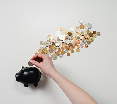 tirelire avec des pièces de monnaie
