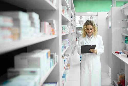 pharmacienne dans réserve pharmacie