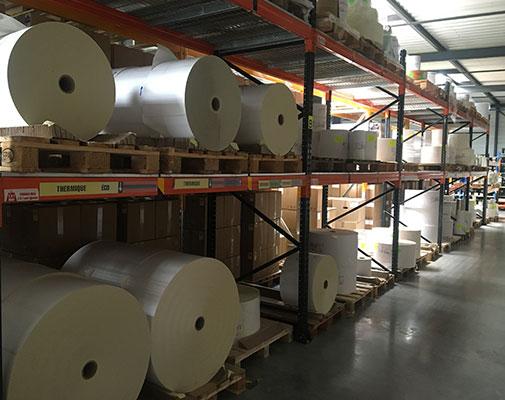 stockage de rouleaux d'étiquettes dans une usine
