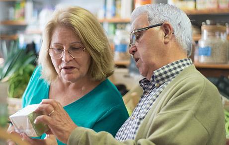 couple regarde étiquette produit alimentaire